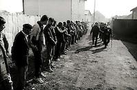 Kosovo   Novembre 2000.Pe? (in albanese Pejë / Peja; in serbo Pe?).Il funerale di quattro rom Askalia uccisi al rientro delle loro case provenienti dai campi profughi da uomini di entia albanese