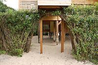 Aus Weidenstecklingen, Weide, Weiden, Salix wurde ein lebender Zaun, Weidenzaun um einen Spielplatz gebaut, Kopfweide, Kopfweiden