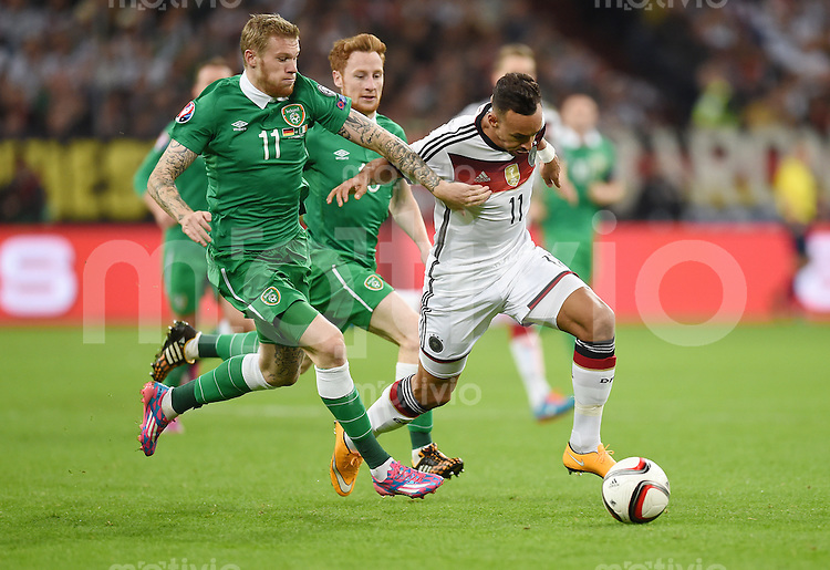 Fussball International EM 2016-Qualifikation  Gruppe D  in Gelsenkirchen 14.10.2014 Deutschland - Irland James McClean (Irland links) gegen Karim Bellarabi (Deutschland)