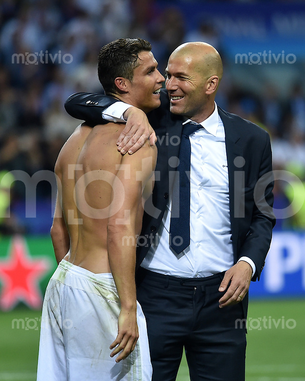 FUSSBALL  CHAMPIONS LEAGUE  FINALE  SAISON 2015/2016   Real Madrid - Atletico Madrid                   28.05.2016 Cristiano Ronaldo (li) jubelt mit Trainer Zinedine Zidane (re, beide Real Madrid)
