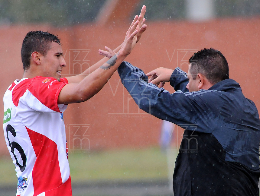 MEDELLÍN -COLOMBIA-17-05-2014. José Moya (Izq)  y Álvaro Hernández, técnico, del Deportivo Rionegro celebran un gol anotado a Jaguares FC durante partido de ida por cuartos de final del Torneo Postobón I 2014 jugado en el estadioTulio Ospina de la ciudad de Bello./ Jose Moya (L) and Alvaro Hernandez, coach, of Deportivo Rionegro celebrate a goal scored to Jaguares FC during the first leg match for the quarterfinals of the Postobon Tournament I 2014 played at Tulio Ospina stadium in Bello city. Photo: VizzorImage/Luis Ríos/STR