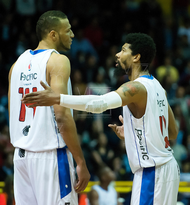 BOGOTÁ -COLOMBIA. 05-06-2014. Jhon Hernandez (Izq) y Kyle Lamonte (Der) de Guerreros hablan durante el tercer juego entre Guerreros de Bogotá y Cimarrones del Chocó por los playoffs finales de la  Liga DirecTV de Baloncesto 2014-I de Colombia realizado en el coliseo El Salitre de Bogotá./ Jhon Hernandez (L) and Kyle Lamonte (R) players of Guereros talks during the third match between Guerreros de Bogota and Cimarrones del Choco for the playoffs finals of the DirecTV Basketball League 2014-I in Colombia played at El Salitre coliseum in Bogota. Photo: VizzorImage/ Gabriel Aponte / Staff