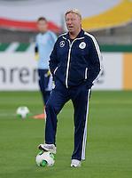 FUSSBALL INTERNATIONAL Laenderspiel Freundschaftsspiel U 21   Deutschland - Frankreich     13.08.2013 DFB Trainer Horst Hrubesch (Deutschland) mit Ball