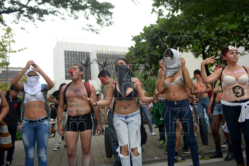 MEDELLIN -COLOMBIA- 16 -10-2013. Estudiantes de las universidades de Medellin participaron en la marcha desnudaton pidiendo mas presupuesto para las universidades públicas y se arregle la situación en desventaja económica  con el ICETEX. (Foto: VizzrImage / Luis Rios/ Str.) Students from the Universities of Medellin take part in the march desnudaton asking for more budget for public universities and fix the situation at a disadvantage with ICETEX. (Photo: VizzrImage / Luis Rios/ Str.)