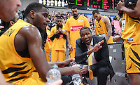 Basketball  1. Bundesliga  2016/2017  Hauptrunde  14. Spieltag  16.12.2016 Walter Tigers Tuebingen - Alba Berlin Auszeit Tigers; Trainer Tyron McCoy (Mitte)