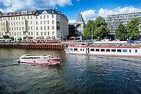 Berlino 17 Settembre 2013<br /> Battelli per turisti sul fiume Spree tra i quartieri Mitte e Kreuzberg.<br /> Boats for tourists on the river Spree between the old Mitte district and the district of Kreuzberg