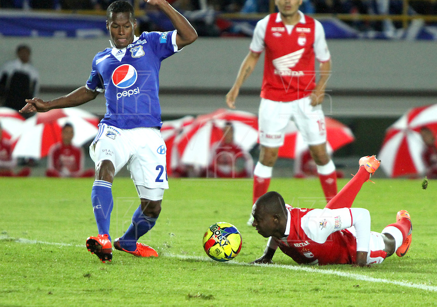 BOGOTA -COLOMBIA- 15 -09-2013.Juan Caicedo (Der) del Independiente Santa Fe disputa el balón contra Alex Díaz (Izq), acción de juego correspondiente al partido  de Los  Millonarios contra el  Independiente  Santa Fe , partido de  la novena fecha de La Liga Postobon segundo semestre jugado en el estadio Nemesio Camacho El Campin / Juan Caicedo (Der) of the Independent Santa Fe disputes the ball against Alex Díaz (Left), action of game corresponding to the party of The Millionaires against the Independent Santa Fe, party corresponding to the ninth date of The League Postobon the second semester played in the stadium Nemesio Camacho The Campín .Photo: VizzorImage / Felipe Caicedo / Staff