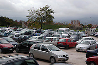 Macchine in doppia fila e tripla fila. Car in two rows and thre rows....