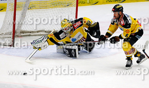 17.11.2015, Stadthalle, Villach, AUT, EBEL, EC VSV vs UPC Vienna Capitals, 21. Runde, im Bild Nathan Lawson (Capitals) und Rafael Rotter (Capitals) // during the Erste Bank Icehockey League 21th round match between EC VSV vs UPC Vienna Capitals at the City Hall in Villach, Austria on 2015/11/17, EXPA Pictures © 2015, PhotoCredit: EXPA/ Oskar Hoeher