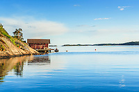 Båthus med  båt och brygga på Dalarö i Stockholms skärgård.