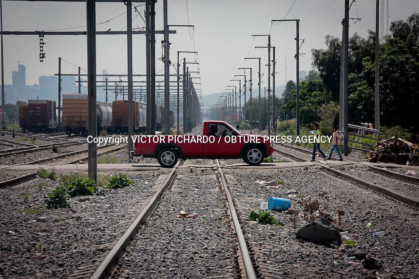 QUER&Eacute;TARO, QRO. 24 JUNIO 2016.-<br /> Luego del intento de robo a tren suscitado el d&iacute;a de ayer en la colonia Santa mar&iacute;a magdalena miembros de la Gendarmer&iacute;a Nacional atendieron el reporte. Vecinos de la localidad asumieron que mantendr&iacute;an la presencia en la colonia, en espec&iacute;fico en el tramo de las v&iacute;as del tren  que constantemente es violentado.  No fue as&iacute;. El d&iacute;a de hoy la colonia luce solitaria, desolada, como todos los d&iacute;as. Se puede observar de vez en vez un rond&iacute;n de una patrulla de la polic&iacute;a estatal, la polic&iacute;a municipal brilla por su ausencia. Una camioneta atiborrada de elementos de seguridad privada, uniformados y equipados, recorre constantemente las laterales de las v&iacute;as del tren en el tramo de Santa Mar&iacute;a Magdalena. <br /> VICTOR PICHARDO / OBTURE PRESS AGENCY