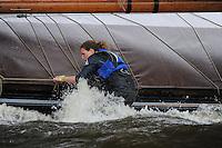 ZEILEN: TERHERNE: Snitser Mar, SKS skûtsjesilen, peilster Dinie Visser op de Sneker Pan, ©foto Martin de Jong