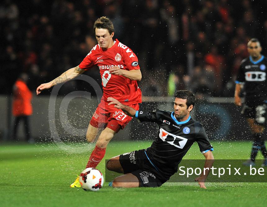 KV Kortrijk - AA Gent : Benito Raman (links) en de tacklende Cesar Arzo (rechts)<br /> foto VDB / Bart Vandenbroucke