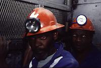 SUDAFRICA - Kimberley, miniera di diamanti di Bultfontein ( Miniere De Beers): due minatori con gli occhi rossi.