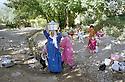 Irak 2000.Femmes d'Hanab allant laver leurs plats a la source du village.  Iraq 2000.Women in Hanab washing dishes to a spring
