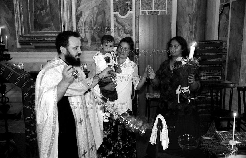 Rome  April 2000.The baptism according to the orthodox rite, of a child rom romeno in the church of S. Gregorio al Celio..Il  battesimo  secondo il rito ortodosso, di un bambino rom romeno nella chiesa di S. Gregorio al Celio