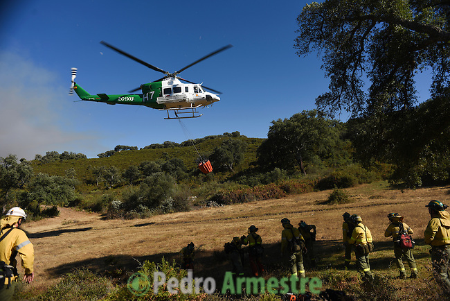 The firefighters from the BRICA, the Andalusian Service firefighting (INFOCA), come to forest fire in Los Barrios, near Cadiz on July 25, 2015. Since July 19 wildfires have ravaged nearly 39,000 hectares of land in Spain, according to the provisional figures from the agriculture ministry. © Pedro ARMESTRE