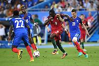 FUSSBALL EURO 2016 FINALE IN PARIS  Portugal 1-0 Frankreich     10.07.2016 Eder (Mitte, Portugal) gegen Laurent Koscielny (re, Frankreich) auf dem Weg zum entscheidenden Tor zum 1-0 beobachtet von Paul Pogba (2.v.li, Frankreich) und Samuel Umtiti  (li, Frankreich)