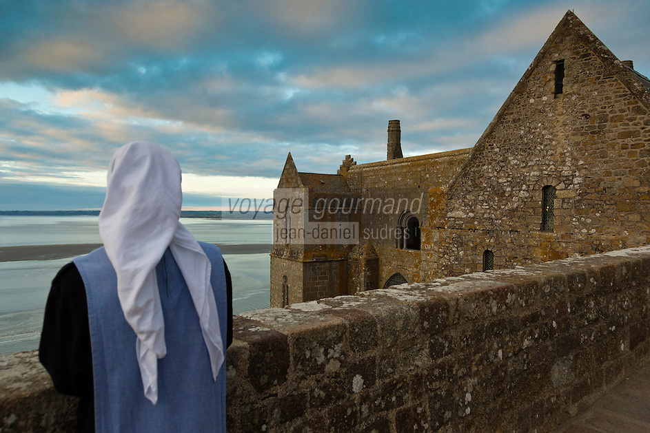 Europe/France/Normandie/Basse-Normandie/50/Manche: Baie du Mont Saint-Michel, classée Patrimoine Mondial de l'UNESCO, Mont Saint-Michel:  Soeur Claire Annaël  de la communauté des Fraternités Monastiques sur la terrasse de l'ababtiale // Europe/France/Normandie/Basse-Normndie/50/Manche: Bay of Mont Saint Michel, listed as World Heritage by UNESCO,  The Mont Saint-Michel:  Soeur Claire Annaël,  Monastic Fraternities of Jerusalem