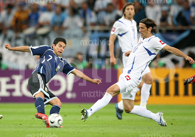 Fussball WM 2006  Gruppenspiel  Vorrunde Argentinien - Serbien/Montenegro Javier SAVIOLA (ARG, li) gegen Mladen KRSTAJIC (SCG, re)