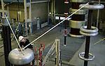 Foto: VidiPhoto..ARNHEM - Calibratie van hoogspanningsdelers In het High Voltage Laboratory van Kema Zo'n 95 procent van de tests bij Kema is voor buitenlandse opdrachtgevers.