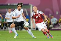 FUSSBALL  EUROPAMEISTERSCHAFT 2012   VORRUNDE Daenemark - Deutschland       17.06.2012 Sami Khedira (li, Deutschland) gegen Niki Zimling (re, Daenemark)