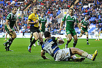 Alafoti Fa'osiliva of Bath Rugby scores a try. Aviva Premiership match, between London Irish and Bath Rugby on November 7, 2015 at the Madejski Stadium in Reading, England. Photo by: Patrick Khachfe / Onside Images