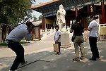 La statue de Confucius a l'entree du temple. Chinese from all over the world come to visit Confucius temple in Beijing.