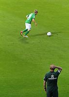 FUSSBALL   1. BUNDESLIGA   SAISON 2011/2012   TESTSPIEL SV Werder Bremen - FC Everton                 02.08.2011 Trainer Thomas SCHAAF (unten) beobachtet Marko MARIN (oben, beide Werder Bremen) von der Seitenlinie aus.
