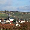 Blick auf Jugenheim Ev. Pfarrkirche, im Hintergrund Weinberge und Weißer Turm auf dem Goldberg