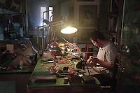 Un aiutante nella bottega dell'artigiano del corallo Platimiro Fiorenza, recentemente iscritto dall&rsquo;UNESCO fra i Tesori Umani Viventi nel Libro dei Saperi del Registro delle Eredit&agrave; Immateriali, per la sua antica e prestigiosa tradizione artigiana.<br /> An apprentice in the workshop of Platimiro Fiorenza, artisan working coral , recently registered with the UNESCO Living Human Treasures in the Book of Knowledge of the Register of Intangible Heritage, for his ancient and prestigious tradition of craftsmanship