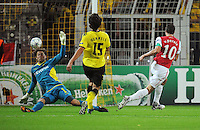 FUSSBALL   CHAMPIONS LEAGUE   SAISON 2011/2012  Borussia Dortmund - Arsenal London        13.09.2001 Robin VAN PERSI (re, Arsenal) erzielt das 0:!. Torwart Roman WEIDENFELLER (li) und Mats HUMMELS (Mitte, beide Dortmund) kommen zu spaet