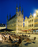 Belgium, Flemish Brabant, Leuven: Town Hall and cafe aat night | Belgien, Flaemisch-Brabant, Loewen: das spaetgotische Rathaus am Gro&szlig;en Markt - Grote Markt - Strassencafe am Abend