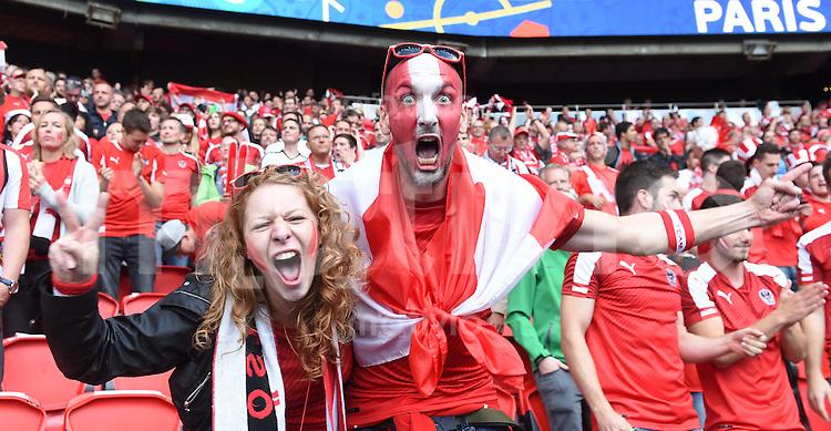 FUSSBALL EURO 2016 GRUPPE F in Paris Portugal - Oesterreich      18.06.2016 Oesterreichische Fans feiern vor dem Spiel im Prinzenpark-Stadion