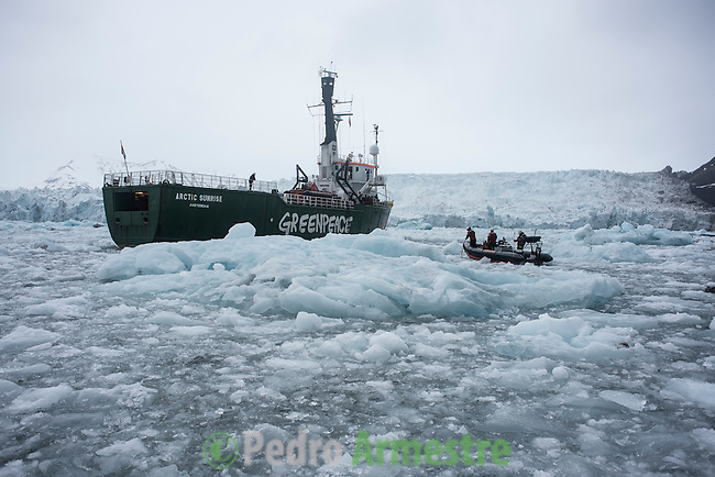 15/06/2016 Wahlenbergbreen Glacier, Svalbard, Norway<br /> Greenpeace holds a historic performance with pianist Ludovico Einaudi on the Arctic Ocean to call for its protection<br /> Through his music, acclaimed Italian composer and pianist Ludovico Einaudi has added his voice to those of eight million people from across the world demanding protection for the Arctic. Einaudi performed one of his own compositions on a floating platform in the middle of the Ocean, against the backdrop of the Wahlenbergbreen glacier (in Svalbard, Norway). The famous musician travelled on board Greenpeace ship Arctic Sunrise on the eve of a significant event for the future of the Arctic: this week's meeting of the OSPAR Commission, which could secure the first protected area in Arctic international waters. &copy; Pedro Armestre/ Greenpeace Handout - No ventas -No Archivos - Uso editorial solamente - Uso libre solamente para 14 d&iacute;as despu&eacute;s de liberaci&oacute;n. Foto proporcionada por GREENPEACE, uso solamente para ilustrar noticias o comentarios sobre los hechos o eventos representados en esta imagen.<br /> &copy; Pedro Armestre/ Greenpeace Handout - No sales - No Archives - Editorial Use Only - Free use only for 14 days after release. Photo provided by GREENPEACE, distributed handout photo to be used only to illustrate news reporting or commentary on the facts or events depicted in this image.<br /> <br /> <br /> 15/06/2016. Glaciar Wahlenbergbreen, Svalbard, Noruega<br /> Greenpeace organiza un concierto hist&oacute;rico con el pianista Ludovico Einaudi en el oc&eacute;ano &Aacute;rtico para pedir su protecci&oacute;n<br /> El prestigioso compositor y pianista italiano Ludovico Einaudi ha unido su voz, a trav&eacute;s de la m&uacute;sica, a la de los ocho millones de personas de todo el mundo que piden la protecci&oacute;n del &Aacute;rtico, con la interpretaci&oacute;n de una pieza creada especialmente para la ocasi&oacute;n sobre una plataforma flotante en mitad de ese oc&eacute;ano, frente al glaciar Wahlenbergbreen (en Svalbard, Noruega). Einaudi ha viajado al &Aacute;rtico a bordo del barco de Greenpeace Arcti