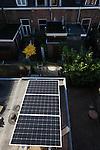 Nederland, Utrecht, 02-11-2014 Zonnepanelen op een keukendak van een rijtjes huis uit 1928 in de wijk Oudwijk.  De drie panelen vormen een onderdeel van een installatie van in totaal 19 panelen. De overige panelen staan op het hoofddak. Een zonnepaneel of fotovoltaïsch paneel, kortweg pv-paneel is een paneel dat zonne-energie omzet in elektriciteit.  FOTO: GerardTil / Hollandse Hoogte
