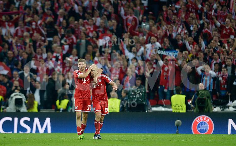FUSSBALL  CHAMPIONS LEAGUE  FINALE  SAISON 2012/2013  25.05.2013 Borussia Dortmund - FC Bayern Muenchen JUBEL; Torschuetze zum 1-2 Arjen Robben (re) wird von Thomas Mueller umarmt