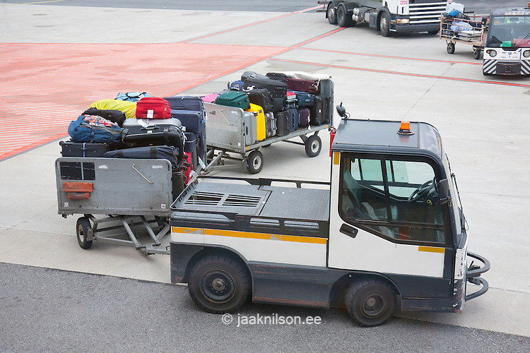airport - How is passenger baggage transferred, and how ...