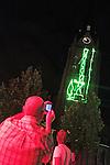 Nederland, Haaren, 03-09-2010 Schaliegas boortoren wordt geprojecteerd op kerktoren van Haaren. De gemeente Haaren in Noord-Brabant organiseert een avond met film en debat op het dorpsplein. Ze willen de meningen peilen over het toestaan van boringen naar schaliegas. De Stichting SchalieGASvrij Haaren en het bedrijf Cuadrilla Resources spreken tijdens de manifestatie.  FOTO: Gerard Til