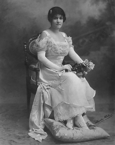 Su Graciosa Majestad Celeste 1a. Celeste Woss y Gil  © Sánchez Lustrino, 1916