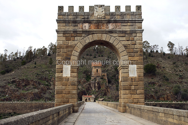 Honorific arch dedicated to Trajan (53 ? 117 AD) in the middle of Alcántara Roman bridge, built at the beginning of the 1st century AD by Cayo Julio Lacer, Alcántara, Extremadura, Spain
