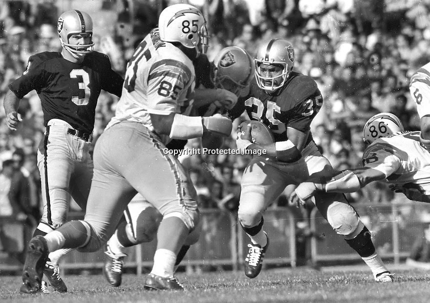 Oakland Raiders Hewritt Dixon get a block from his lineman after handoff from Daryle Lamonica.<br />