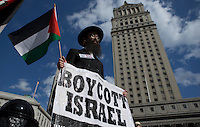 New York, USA. 24 July 2014. A Jewish Orthodox takes part in a protest by Palestine supporters in New York, demanding the end of the war by Israel and Hamas in Gaza. Photo by Eduardo Munoz Alvarez/VIEWpress