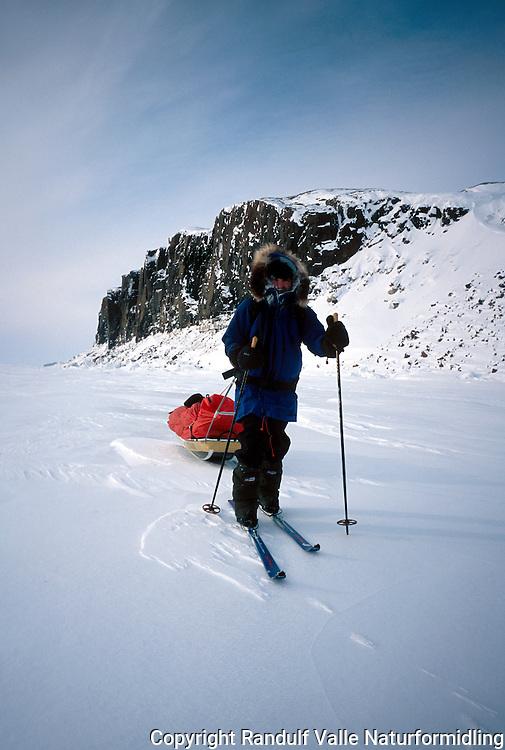 Mann trekker stor pulk øst for Kugluktuk i Canada. ---- Man pulling large sled east of Kugluktuk in Canada.