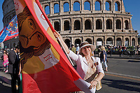 Roma 9 Maggio 2015<br /> La comunit&agrave; russa a Roma a celebrato il 70&deg; anniversario della  vittoria sulla Germania nazista nella guerra del 1941-1945,  al Colosseo. La bandiera del Christos Pantokrator usata in battaglia dalla Milizia Ortodossa, in Donbass. <br /> Rome, May 9, 2015<br /> The Russian community in Rome to celebrate the 70th anniversary of victory over Nazi Germany in the war of 1941-1945, in front of the Colosseum. The flag of Christos Pantokrator used in battle by the Militia Orthodox, in Donbass.