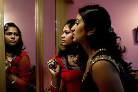 Delhi, India, 20 gennaio 2011. Matrimonio di Sumedha e Sapan. Sumedha, con l'aiuto di Palakshee si prepara prima della cena di festeggiamento il giorno prima del matrimonio.