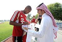 Fussball 1. Bundesliga:  Saison   2011/2012    Winter Trainingslager des FC Bayern Muenchen  03.01.2012 Jerome Boateng (FC Bayern Muenchen) schreibt fuer einen katarischen FC Bayern Fan ein Autogramm auf ein FC Bayern Trikot.