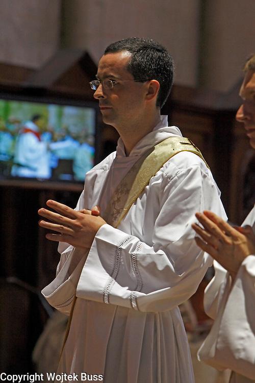 27 juin 2010 : Ordination sacerdotales de 4 prêtres et 3 diacres  par mgr Delmas, l'evêque d'Angers, a la Cathedrale St Maurice-Notre Dame, Angers (49) France..