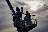 Roma 24 Novembre 2015<br /> Sopralluogo per la manutenzione conservativa delle statue di ponte Sant' Angelo. I tecnici al lavoro sulla statua Angelo con la spugna (&quot;Potaverunt me aceto&quot;) dello scultore Antonio Giorgetti.<br /> Rome 24 November 2015<br /> Survey for the conservative maintenance of the statues of the bridge Sant 'Angelo. Technicians work on the statue Angel with the Sponge (&quot;Potaverunt me vinegar&quot;) by sculptor Antonio Giorgetti.