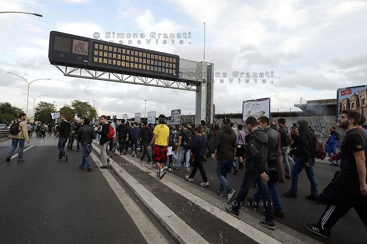 .Roma, 27 Ottobre 2012.Manifestazione contro i tagli e la politica del governo Monti.il corteo degli studenti invade la tangenziale.